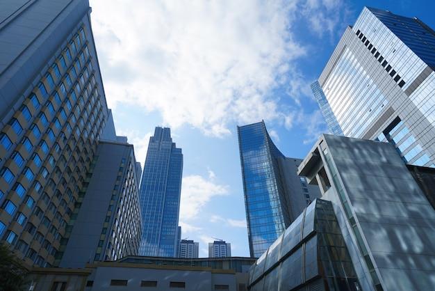 Regardant en haut immeuble de bureaux moderne bleu