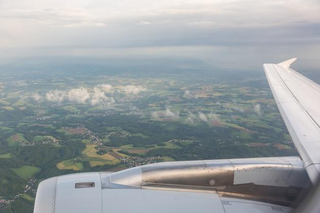 Regardant par la fenêtre de l'avion
