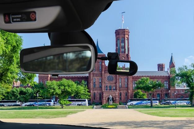 En regardant à travers une caméra de voiture dashcam installée sur un pare-brise avec vue sur le château smithsonian, washington dc, usa