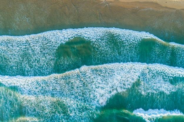 Regardant les vagues de l'océan sur le rivage