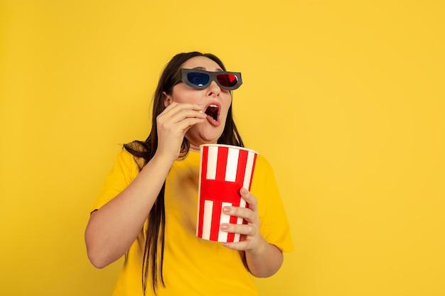 Regarder le cinéma avec des lunettes 3d avec du pop-corn