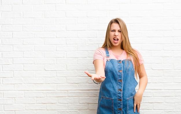 Regarder en colère, agacé et frustré crier wtf ou ce qui ne va pas chez vous