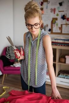 Regarder fixement réaliser le nouveau projet de robe