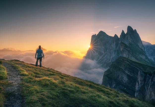 Regarder le lever du soleil depuis le pic seceda, dolomites italiennes