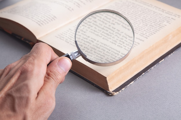 Regarder un livre à travers une loupe