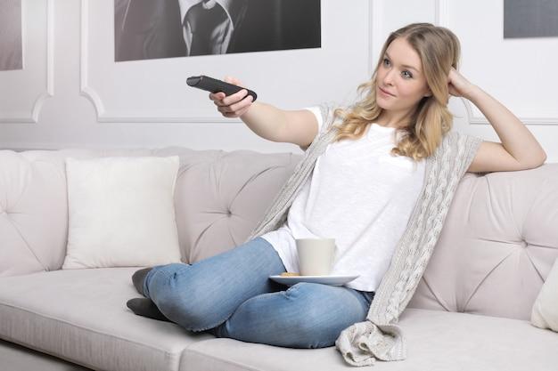 Regarder la télé à la maison