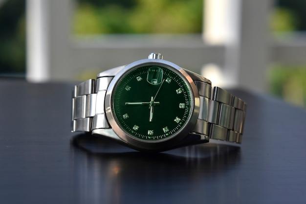 Regardez le cadran vert de la montre-bracelet