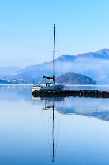 Regardez flottant sur la jetée du lac kawakuchigo