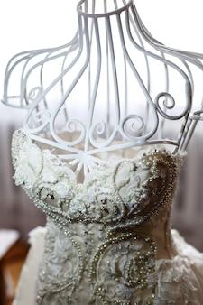 Regardez d'en haut au mannequin blanc avec une magnifique robe de mariée