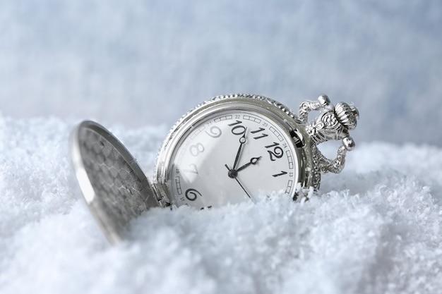 Regardez sur la neige, gros plan. notion de compte à rebours de noël