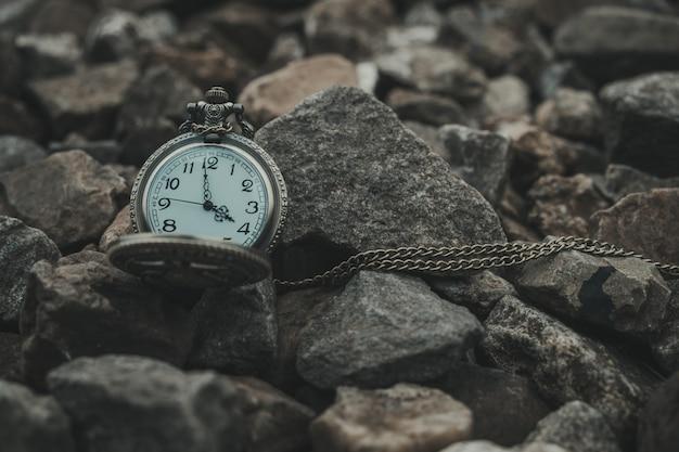 Regardez les pierres refléter le style vintage du voyage et du temps.