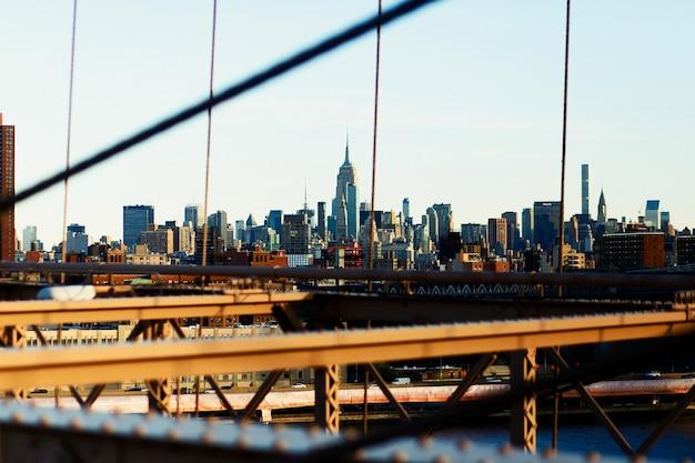 Regardez. à travers le pont de brooklyn au superbe paysage urbain de new york