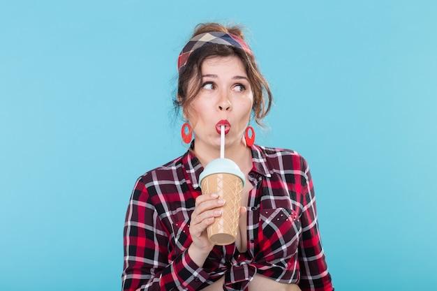 Régime alimentaire et concept amusant femme dans un style pin-up avec verre de café