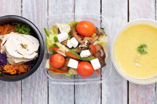 Régime alimentaire équilibré. suggestions de menus en restauration avec livraison. vue de dessus