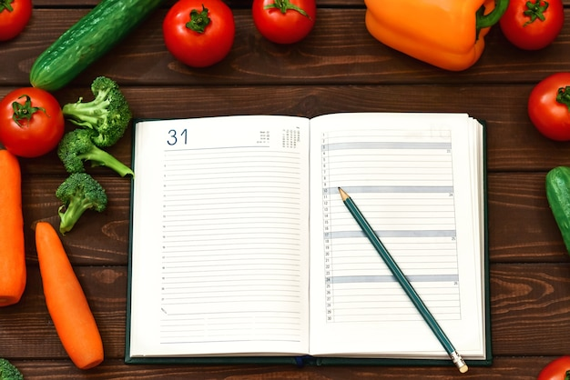 Régime alimentaire, image végétale et plan de menu de régime sur le bloc-notes