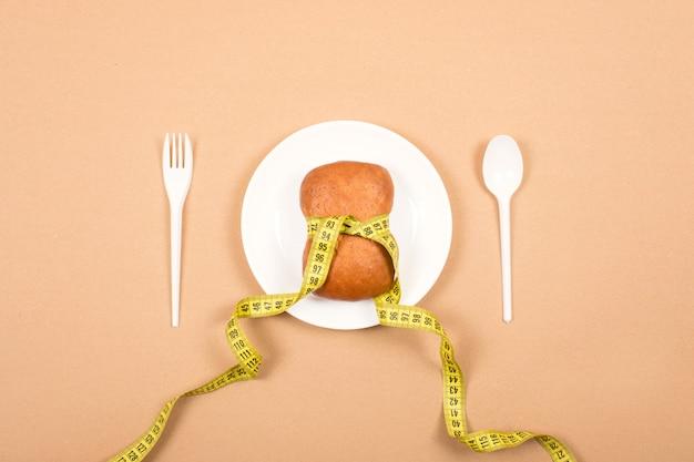 Régime alimentaire, peser la perte, une alimentation saine, concept de remise en forme.