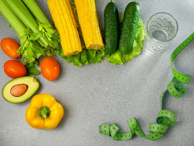 Régime alimentaire végétarien divers légumes eau et ruban centimétrique alimentation saine