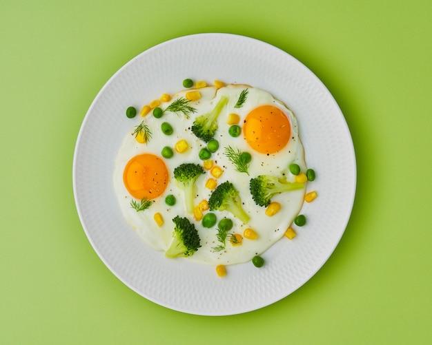 Régime céto équilibré œufs au plat brocoli maïs pois aneth poivre cuisson des restes