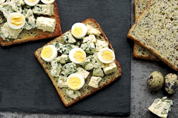 Régime céto. faire griller avec du fromage bleu et des œufs de caille. keto toasts. collation saine.