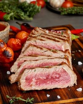 Régime cétogène cétogène steak de boeuf frit grillé, contre-filet sur une planche à découper, vue latérale
