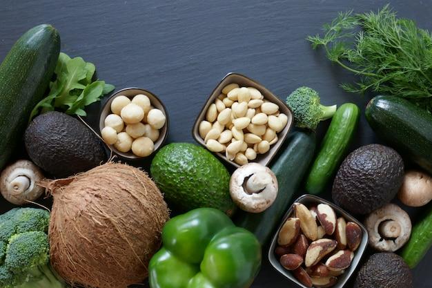 Régime cétogène. légumes et noix pour un régime pauvre en glucides