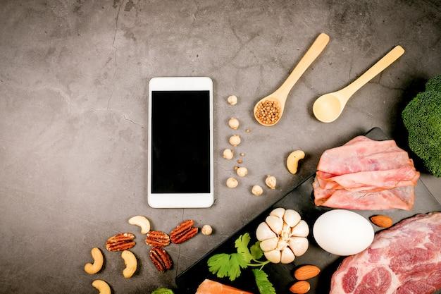 Régime cétogène, régime alimentaire faible en glucides et en cétone. la nutrition et les calories comptent pour les fibres, les protéines et les lipides. programme de perte de poids. nourriture paléo.