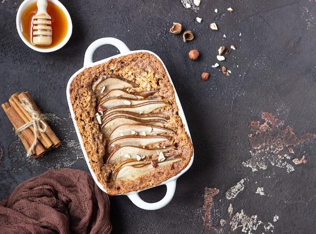 Régime crumble à l'avoine, à la cannelle et aux poires décorées de noisette et de miel.