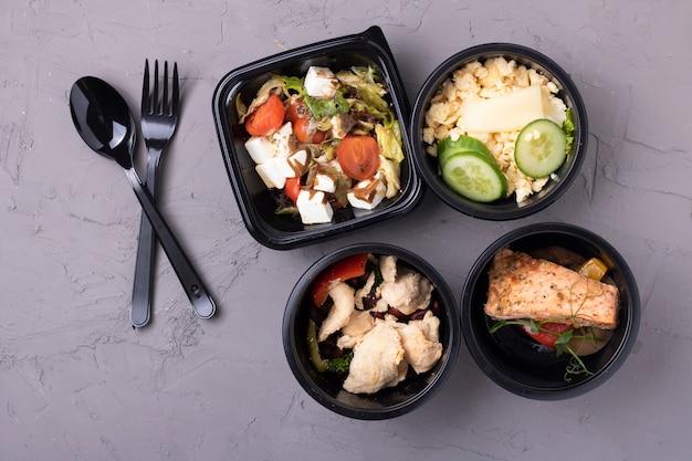 Régime équilibré dans des boîtes de nourriture, déjeuner d'affaires