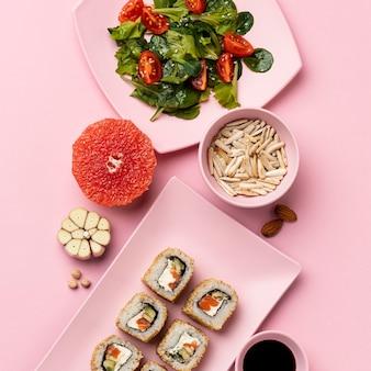 Régime flexitarien avec salade et sushi à plat