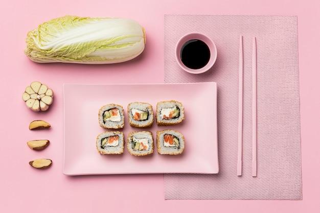 Régime flexitarien avec vue de dessus d'arrangement de sushi