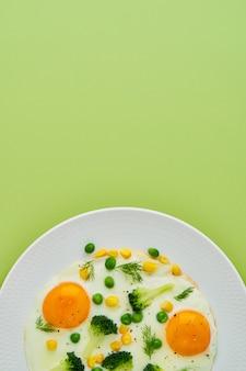 Régime keto œufs au plat brocoli maïs pois aneth épices cuisson des restes