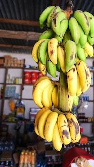 Régime naturel de bananes jaunes et vertes au marché