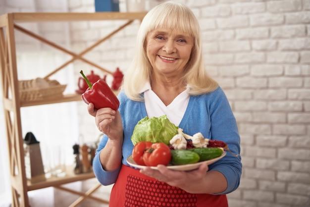 Régime de perte de poids de légumes pour femme senior.