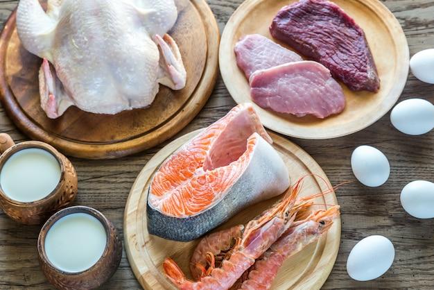 Régime protéiné: produits crus sur la surface en bois