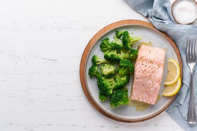 Régime saumon, brocoli, paléo, céto, lshf ou dash. un plat méditerranéen. une alimentation propre, équilibrée