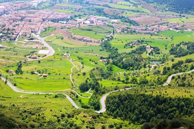 La région de berga depuis le mont en été. pyrénées
