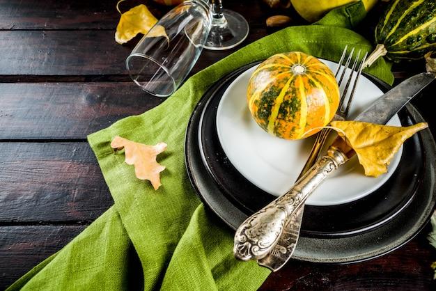 Réglage de l'automne et de la table de thanksgiving