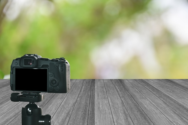 Le réglage de la caméra prend le blogueur vidéo au fond de la scène