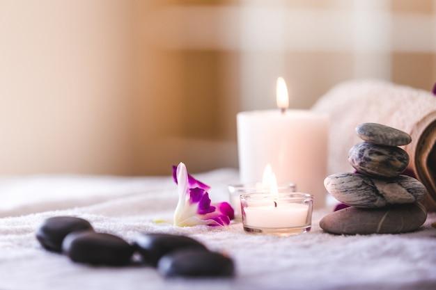 Réglage de la composition du spa avec une bougie dans la chambre, concept de produits spa