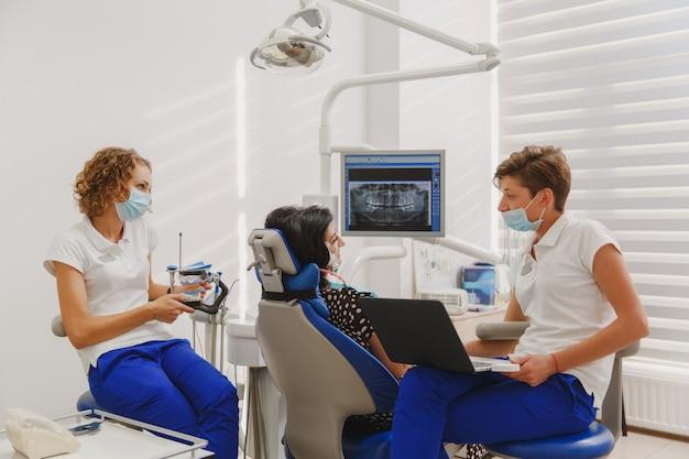 Le réglage et la détermination de l'occlusion et de la position des mâchoires à l'aide d'un appareil avec un stimulateur neuromusculaire