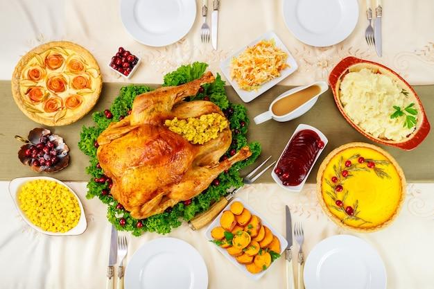 Réglage du dîner de thanksgiving. dinde farcie aux plats traditionnels.