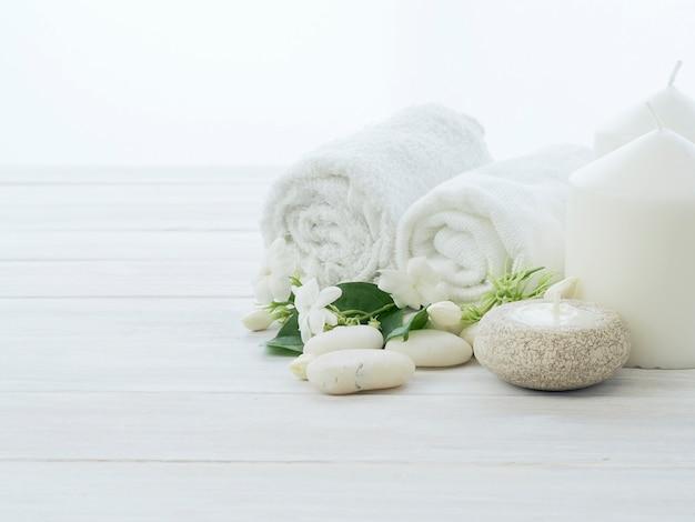 Réglage du spa sur un fond en bois blanc