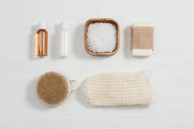 Réglage du spa pour les soins du corps et les soins de beauté sur fond de bois blanc