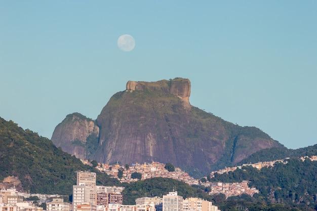Réglage de la lune près de gavea stone à rio de janeiro au brésil.