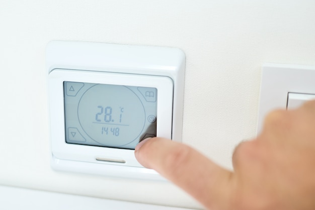 Réglage manuel de la température des hommes sur le panneau de commande du chauffage au sol