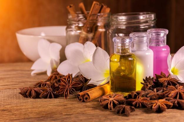 Réglage de spa et huile de parfum naturel avec des objets naturels sur bois
