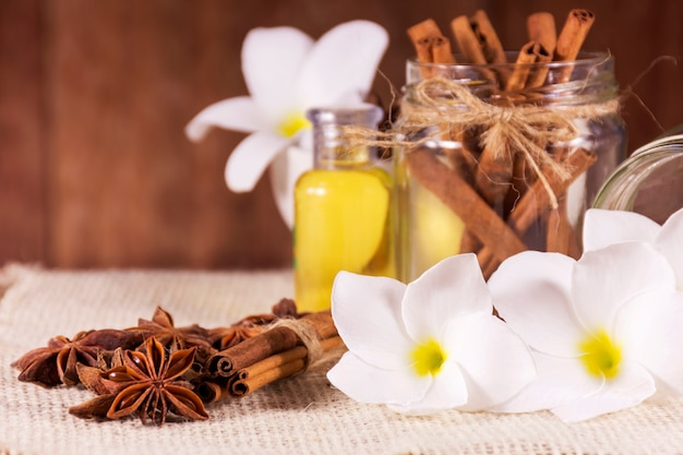 Réglage de spa et huile de parfum naturel avec des objets naturels sur la table en bois