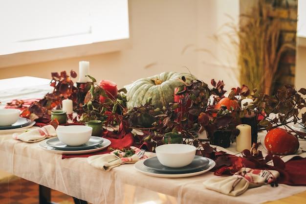 Réglage de la table d'action de grâces d'automne avec un décor festif