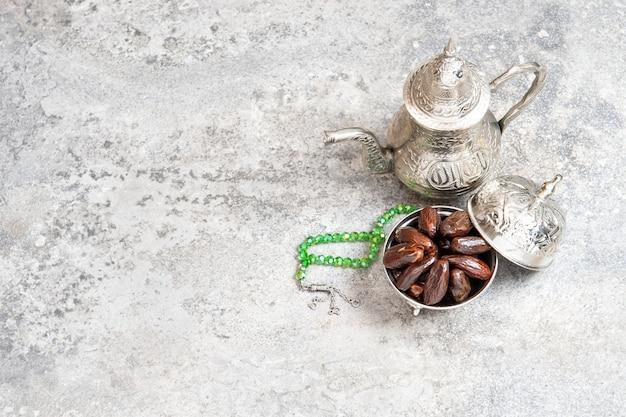 Réglage de la table en argenterie dates concept de l'hospitalité orientale