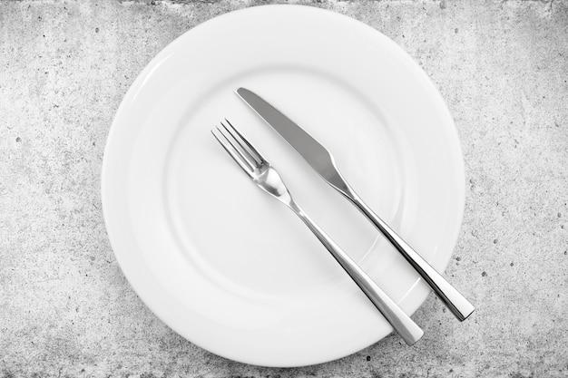 Réglage de la table. assiette vide couteau et fourchette